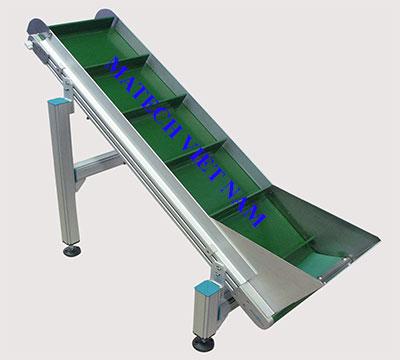 Băng tải PVC nghiêng khung thép
