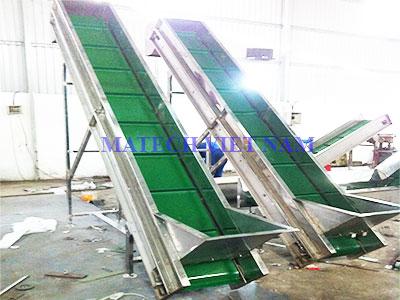 Băng tải nghiêng PVC có gân khung inox